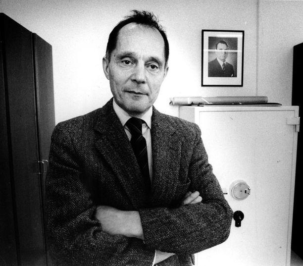 Vastavalittu suojelupoliisin uusi päälikkö Eero Kekomäki vuonna 1990. Mauri Pekkarinen kehuu Kekomäkeä kovaksi ja lujaksi päättäjäksi.