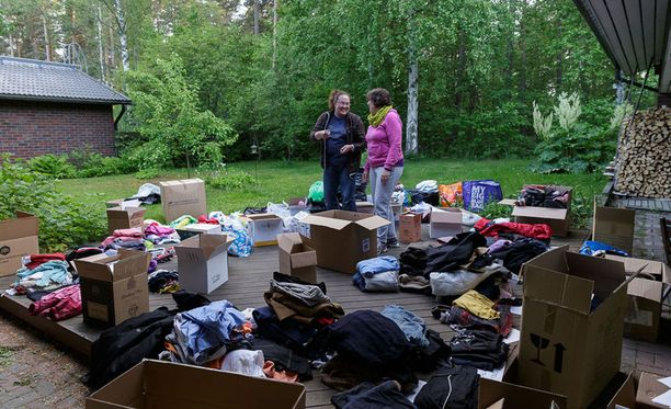 Kotkan keräyksessä lahjoituksia kertyi moninkertainen määrä odotettuun nähden. Pia-Stina Repo (vasemmalla) ja Päivi Hännikäinen lajittelemassa vaatteita.