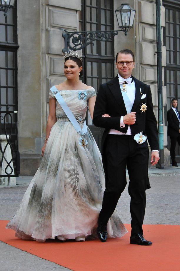 Kruununprinsessa Victoria edusti upeana prinssi Danielin vierellä veljensä häissä.
