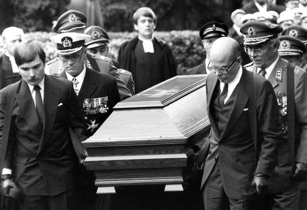 Presidentin poika Matti Kekkonen (oik.) ja pojanpoika Timo Kekkonen (vas.) kantoivat arkkua yhdessä kuuden kenraaliluutnantin kanssa Hietaniemen hautausmaalla.