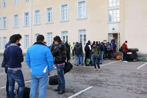 Osa turvapaikanhakijoista on työllistynyt Suomessa ollessaan ja hakenut työperusteista oleskelulupaa. Kuvassa turvapaikanhakijoita Torniossa 2015.