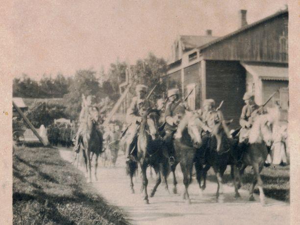 Valkoiset palasivat sodasta vapaussotureina, juhlittuina sankareina, joiden urotekoja muisteltiin vielä vuosikymmenten päästä. Heille pystytettiin patsaita ja muistomerkkejä. Kuva Laukaasta vuodelta 1918.
