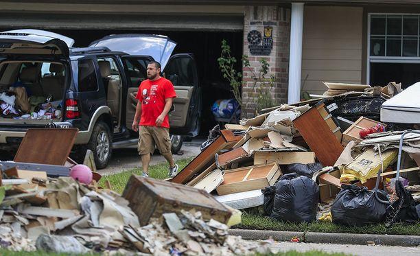 Ihmiset ovat tuoneet tavaroitaan pihoille kuivumaan. Tämä kuva on Hunterwoodsin alueelta Houstonista.