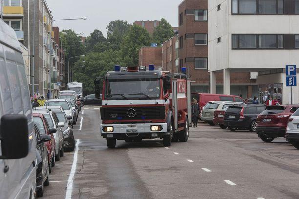 Keskuskadulla kulkenutta paraatia kohti johtavia poikkikatuja oli suljettu pelastuslaitoksen sopimuspalokuntien autoilla.