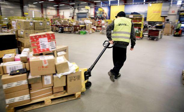 Suomen DHL Freightin toimitusjohtaja Pekka Stenqvist ihmettelee, miksi AKT:n postilakon tukitoimet kohdistuvat heihin. Arkistokuvaa DHL Expressin terminaalista Vantaalta.
