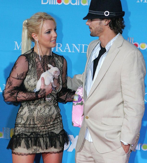 Britney haikailee Kevinin perään.