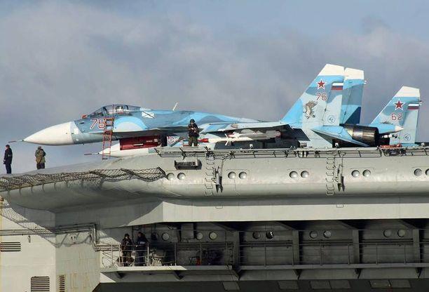 Lentotukialuksella on matkassaan 15 hävittäjää.