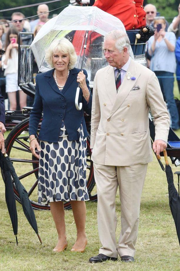 Herttuatar Camillan nousu Charlesin toiseksi vaimoksi ei ollut helppo. Hänen ja Charlesin salasuhde sai britit kääntämään selkänsä jo 90-luvulla. Siitä lähtien Camilla on työskennellyt kovasti ansaitakseen paikkansa hovissa.
