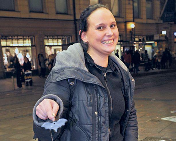 Elina Pirjanti suosii hauskoja pehmoheijastimia. -Ostan näitä kavereillekin, kun nykyisin on tarjolla vaikka mitä kivoja malleja, hän sanoo.