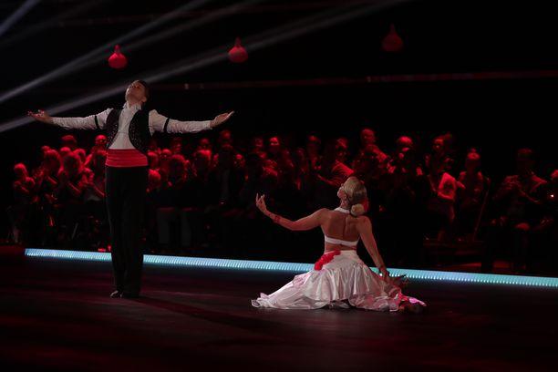 Hannes Suominen ja Kia Lehmuskoski ottivat haltuun tanssilajit.