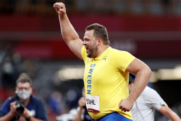 Daniel Ståhl juhli olympiavoittoaan Tokiossa.