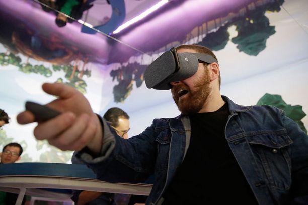 Google Daydream-virtuaalitodellisuuslaseissa tulee mukana pieni ohjain. Lasit ovat päällystetty kankaalla.