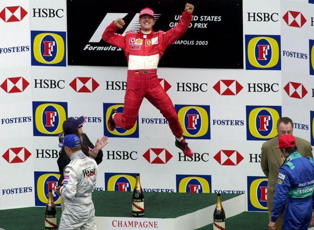 Michael Schumacher oli aikamoinen ässä aktiiviurallaan. Edessä vasemmalla Kimi Räikkönen.