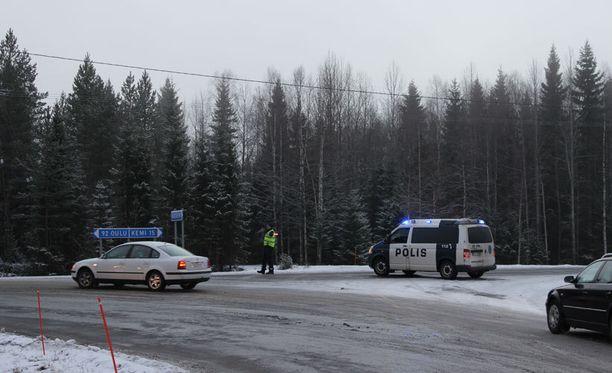 Poliisi ohjasi paikan päällä liikennettä.