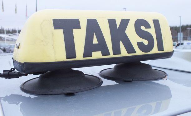 Taksi oli kuljettanut asiakkaan kotiosoitteeseen. Perillä asiakas ei muistanut pankkikorttinsa tunnuslukua.
