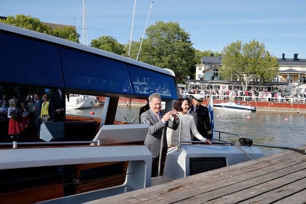 Presidentti Sauli Niinistö ja Jenni Haukio saapuivat Naantalin Kultarantaan kesän viettoon