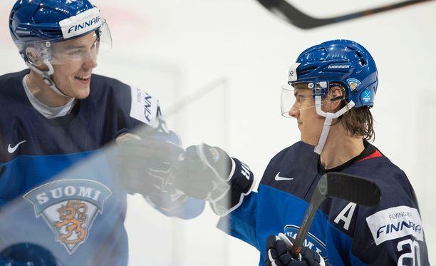Aleksi Saarela ja Sebastian Aho taistelvat ensi syksynä paikasta Carolinan NHL-joukkueessa.