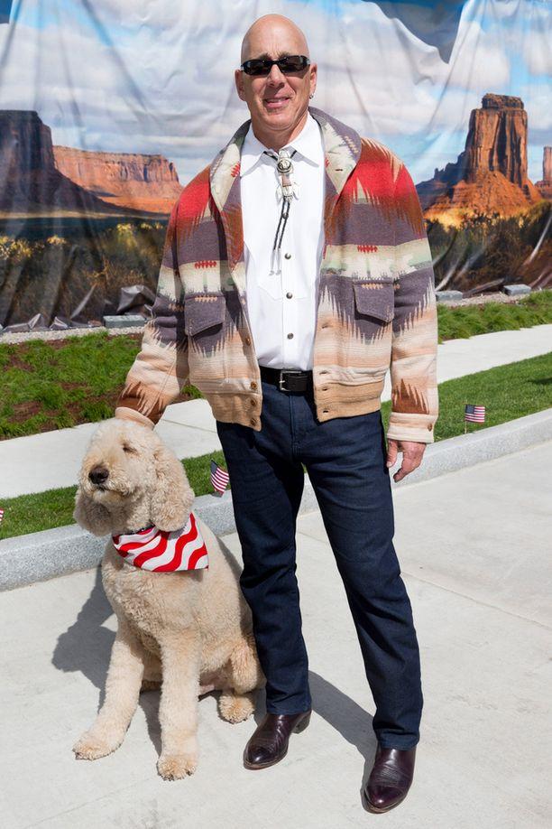 Suurlähettiläs Bruce Oreckin kanssa poseerasi Deckard-koira, joka uiskenteli seurapiiritilaisuudessa kuin kala vedessä.