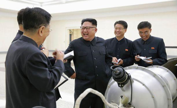 Pohjois-Korean valtiollisen uutistoimiston julkaisema kuva Kim Jong-unista väitetysti ohjeistamassa alaisiaan ydinaseiden suunnittelutyössä.
