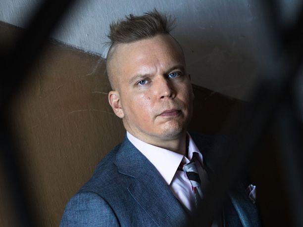 Ville Hytönen on häkellyttävän tuottelias kirjoittaja. Viime vuonna häneltä ilmestyi yhdeksän teosta.