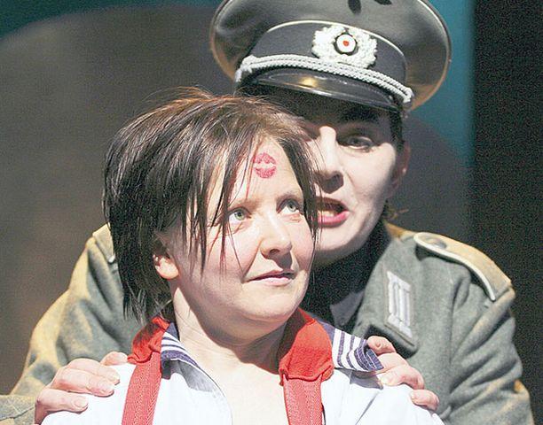 BEBRA Sanna-Kaisa Palo näyttelee vaikean miesklovnin osan Peltirummussa. Pääroolissa Oskarina nähdään Outi Kavén.