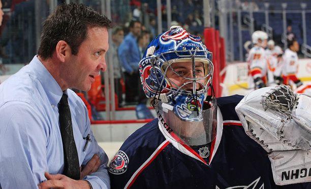 Kaudella 2007-08 Columbus Blue Jacketsin maalivahtivalmentajana toiminut Clint Malarchuk keskusteli maalivahti Dan LaCostan kanssa ennen Calgary Flames -ottelun alkua maaliskuussa 2008.