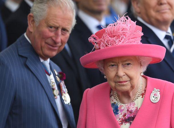 Prinssi Charles tapasi kuningattaren vain päivää ennen positiivista koronatulosta.