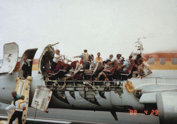 Aloha Airlinesin koneen rungosta repeytyi valtava osa irti, mutta yhtä lentoemäntää lukuun ottamatta kaikki muut koneessa olleet selvisivät hengissä.