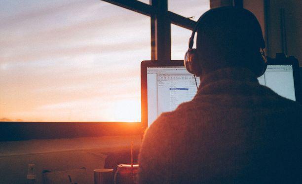 Helsingin Sanomien haastattelema psykiatri Janne Kurki kertoo, että Suomessa on tuhansia nuoria, joille pelaaminen ja internet ovat elämän ainoa sisältö. (Kuvituskuva.)