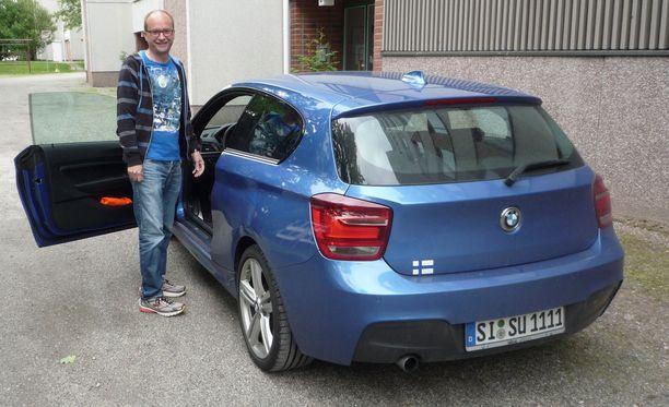 Lukijan siskonpoika tilasi sisu-rekisterikilven saksalaiseen autoonsa, koska olisi saanut SI-KA kirjaimilla olevan, eikä halunnut ajella sellaisella Suomessa käydessään.