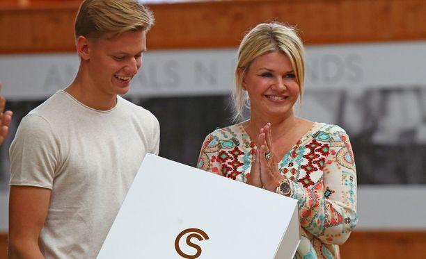 Mick (vas.) ja Corinna Schumacher saapuivat Sveitsissä järjestettyyn ratsastuskilpailuun.