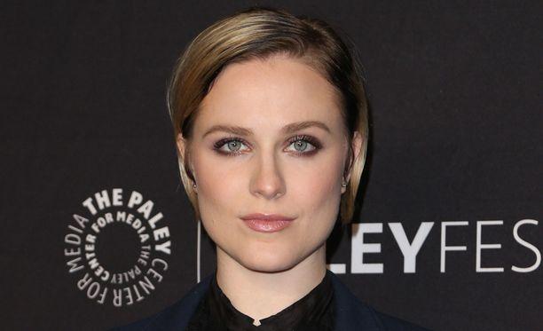 Ihmismäistä robottia sarjassa esittävä Evan Rachel Wood on yksi Westworldin päätähdistä.