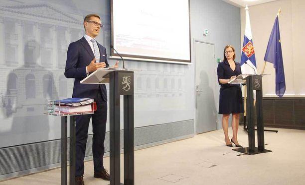 Valtiovarainministeri Alexander Stubb piti tiedotustilaisuuden elokuussa.