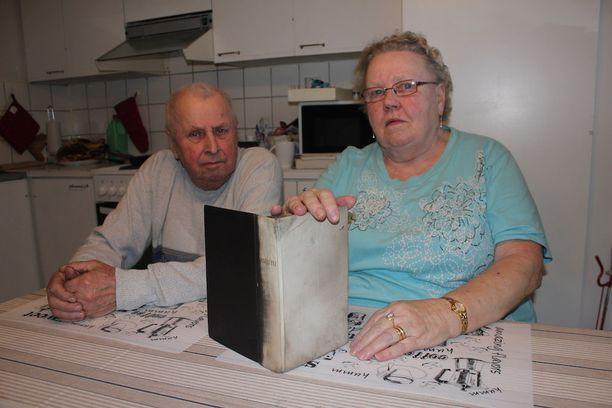 Jorma ja Eila Viinamäen vihkiraamattu säästyi, vaikka toinen kansi mustui täysin. Samalla säilyivät raamatun välissä olleet tärkeät valokuvat.