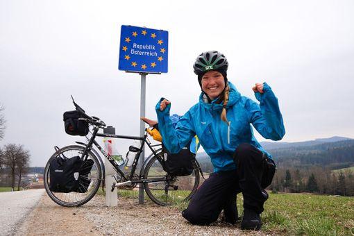 Fredrika Itävallan rajalla. Maa on yksi hänen suosikeistaan, ja sen pyörätiet ovat naisen mielestä maailmanluokkaa.