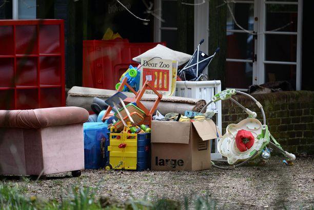 Talosta kannettiin maanantaina ulos muun muassa sohva ja leluja.
