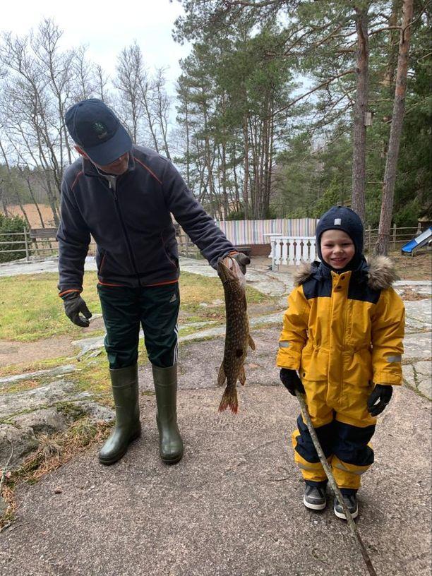 Kuvassa Markku Soini saalishaukensa kanssa. Kuvassa mukana lapsenlapsi Peetu.