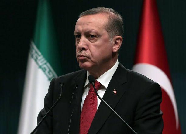 Presidentti Erdogan panee vastustajansa ja arvostelijansa ahtaalle.