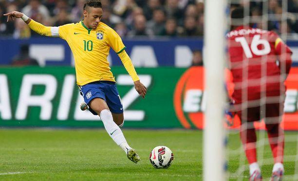 Neymar tykittää sydämensä kyllyydestä pallon Ranskan verkkoon.