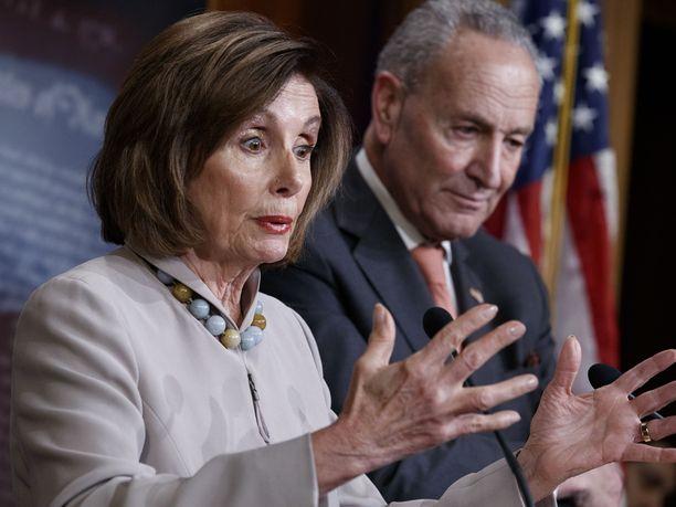 Edustajainhuoneen puheenjohtaja Nancy Pelosi ja senaatin vähemmistöjohtaja Chuck Schumer vaativat FBI:n johtajalta turvallisuusselontekoa koko kongressille.