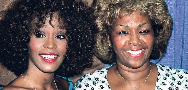 Tulevan laulajan kohtalo oli sinetöity jo lapsesta asti. Hänen äitinsä on laulaja Cissy Houston ja kummitätinsä Aretha Franklin. Kuva on otettu vuonna 1988, vuosi Whitneyn toisen levyn julkaisun jälkeen.