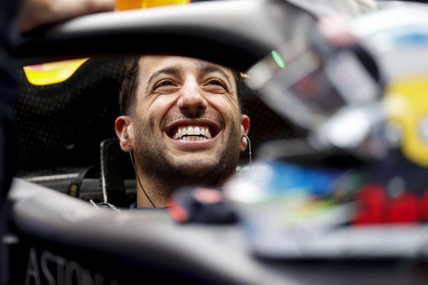 Daniel Ricciardo pääsi nauttimaan lauluesityksestä Red Bullin tallipilttuussa.