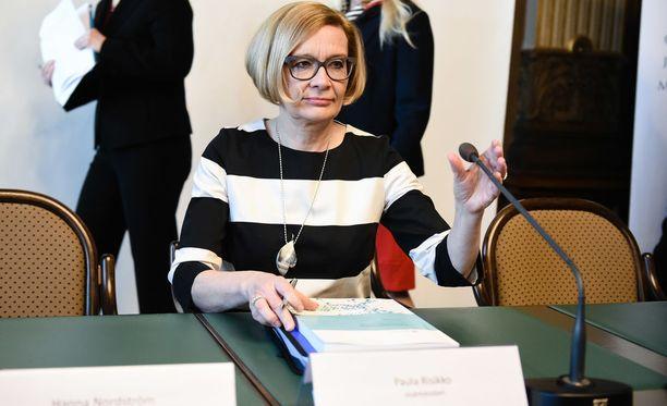 Sisäministeri Paula Risikon mukaan hallitus haluaa säilyttää poliisien määrän ennallaan 7200:ssa.
