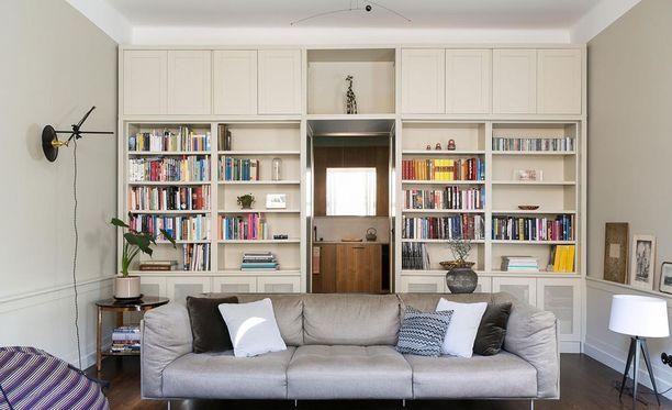 Tässä huoneessa voi sukeltaa kirjahyllyn läpi toiseen huoneeseen. Nimittäin koko seinän peittävä kirjahylly ympäröi oven.