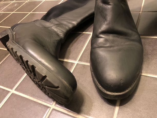 Kulumat on helppo hoitaa mustalla kenkälankilla kuntoon. Se on myös  mahdollista 1488c3d3f6