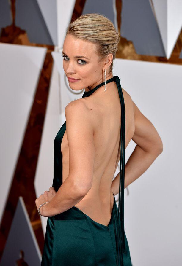 Rachel McAdamsin edestä umpinainen puku paljasti sensuellisti selkämyksen.