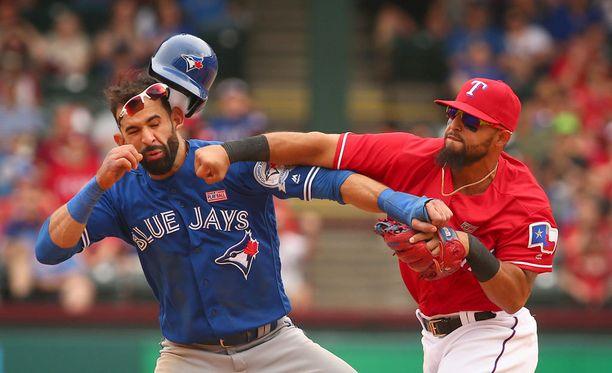 Toronto Blue Jaysin José Bautista sai Texas Rangersin Rougned Odorilta nyrkistä Texasissa.