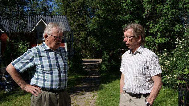 Vanha kyläpäällikkö Veikko Niemelä ohjeistaa nuorempaa.