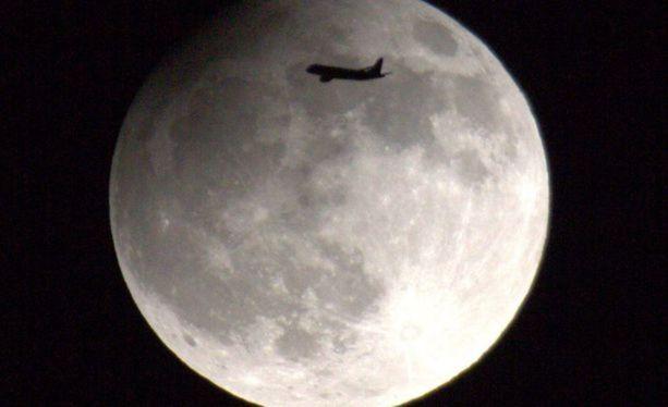 Kuunpimennystä seurannut kuukuvaaja ikuisti kuvan kuusta juuri lentokoneen osuessa sen kohdalle Helsingissä vuonna 2013.