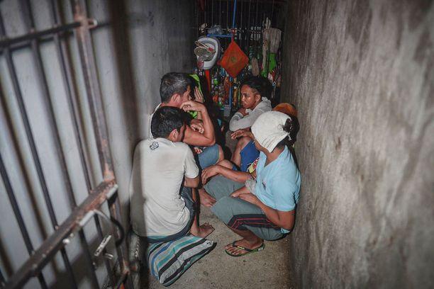 Vankilaolot ovat Filippiineillä epäinhimilliset. Kuvassa on huhtikuussa paljastunut manilalaisen poliisiaseman salainen selli. Kirjahyllyn taakse piilotettuun tilaan oli ahdettu 12 ihmistä.